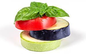 Hintergrundbilder Tomaten Aubergine Zucchini Weißer hintergrund Stück Königskraut Lebensmittel