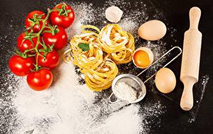 Fotos Tomate Mehl Grauer Hintergrund Makkaroni Eier das Essen