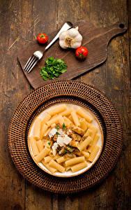 Hintergrundbilder Tomate Knoblauch Teller Schneidebrett Makkaroni Essgabel Lebensmittel