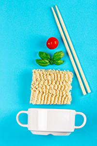 Hintergrundbilder Tomate Farbigen hintergrund Makkaroni Becher Essstäbchen Instant noodle