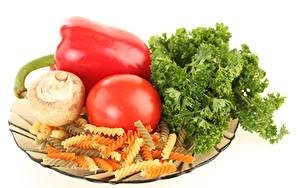 Bilder Tomate Pilze Peperone Gemüse Weißer hintergrund Makkaroni Lebensmittel