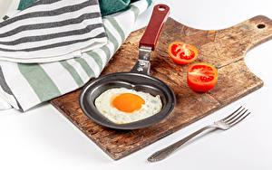 Hintergrundbilder Tomaten Weißer hintergrund Schneidebrett Bratpfanne Essgabel Spiegelei das Essen