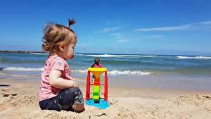 Hintergrundbilder Spielzeuge Strände Sand Kleine Mädchen Sitzen Kinder
