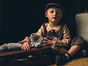 Desktop hintergrundbilder Spielzeuge Koffer Jungen Sitzend Baseballkappe kind