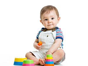 Bilder Spielzeuge Weißer hintergrund Jungen Säugling Starren Sitzend Kinder