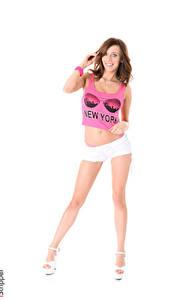 Bilder Tracy Smile iStripper Weißer hintergrund Braune Haare Lächeln Hand T-Shirt Shorts Bein Stöckelschuh