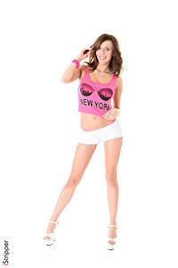 Bilder Tracy Smile iStripper Weißer hintergrund Braune Haare Lächeln Hand T-Shirt Shorts Bein Stöckelschuh junge frau