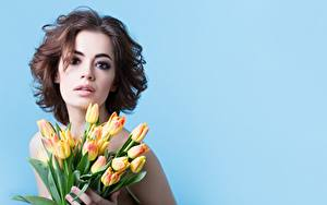 Hintergrundbilder Tulpen Blumensträuße Braune Haare Model Starren Farbigen hintergrund junge frau Blumen