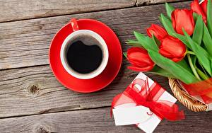 Hintergrundbilder Tulpen Sträuße Kaffee Valentinstag Tasse Schachtel Geschenke Schleife Bretter Blumen Lebensmittel