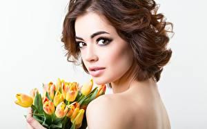 Hintergrundbilder Tulpen Blumensträuße Model Braunhaarige Starren Schminke junge frau Blumen