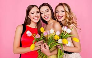 Bilder Tulpen Farbigen hintergrund Lächeln Drei 3 Blondine Braune Haare Blumen