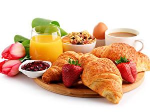 Fotos Tulpen Croissant Erdbeeren Fruchtsaft Konfitüre Weißer hintergrund Schneidebrett Frühstück Trinkglas Tasse