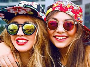 Fotos Zwei Baseballcap Lächeln Brille Rote Lippen Gesicht junge frau