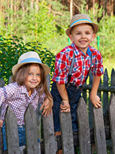 Bilder Zwei Junge Kleine Mädchen Zaun Lächeln Der Hut Kinder