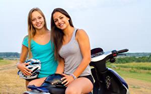 Bilder Zwei Lächeln Motorradfahrer Helm Unterhemd Mädchens