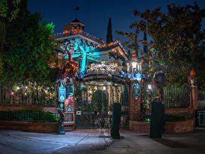 Fotos USA Disneyland Parks Gebäude Kalifornien Anaheim Zaun Design Nacht Straßenlaterne Bäume Das Tor Natur