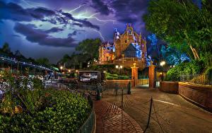 Desktop hintergrundbilder USA Disneyland Parks Haus Kalifornien Anaheim Design Nacht Kutsche Straßenlaterne Zaun Blitze Natur