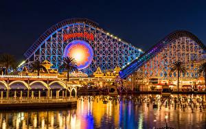 Fotos Vereinigte Staaten Disneyland Parks Gebäude Teich Kalifornien Anaheim Nacht Design Lichterkette Städte