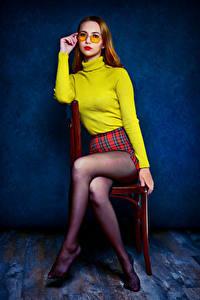 Hintergrundbilder Stuhl Sitzen Pose Bein Strumpfhose Sweatshirt Brille Starren Ulya, Nikolay Bobrovsky Mädchens