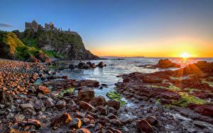 Hintergrundbilder Vereinigtes Königreich Küste Stein Morgendämmerung und Sonnenuntergang Burg Ruinen Felsen Sonne Northern Ireland, Dunluce Castle Natur