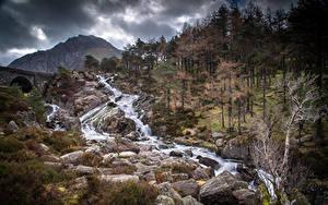 Hintergrundbilder Vereinigtes Königreich Park Berg Steine Flusse Wales Bäume Snowdonia