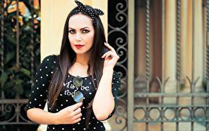 Fotos Posiert Hand Kleid Haar Starren Brünette Valentina