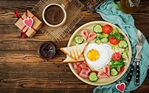 Fotos Valentinstag Brot Kaffee Warenje Gurke Tomate Spiegelei Frühstück Herz das Essen