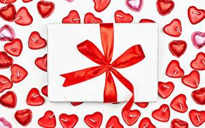 Bilder Valentinstag Bonbon Kerzen Weißer hintergrund Geschenke Schleife Herz