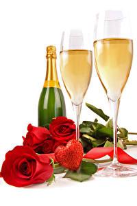 Fotos Valentinstag Schaumwein Rosen Weißer hintergrund Flasche Weinglas Rot Herz Lebensmittel