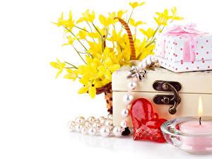 Papéis de parede Dia dos Namorados Narcissus Velas Joalharia Fundo branco Coração Presentes Flores