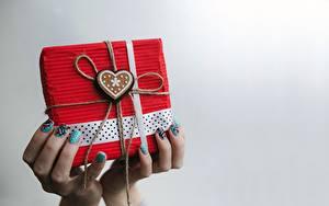Hintergrundbilder Valentinstag Finger Geschenke Herz Hand Maniküre Grauer Hintergrund