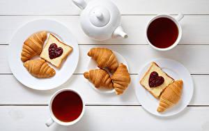 Fotos Valentinstag Pfeifkessel Tee Croissant Butterbrot Bretter Frühstück Teller Tasse Herz