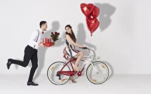 Bilder Valentinstag Mann Fahrrad Luftballons Geschenke Lauf Mädchens