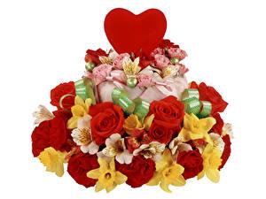 Fotos Valentinstag Rosen Alstroemeria Torte Narzissen Weißer hintergrund Herz Blumen