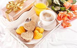 Hintergrundbilder Valentinstag Rosen Kaffee Saft Cappuccino Brot Frühstück Tasse Trinkglas Herz Blumen