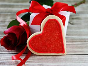 Papéis de parede Dia dos Namorados Rosas Bolacha Tábuas de madeira Vermelho Presentes Coração Fita comida Flores