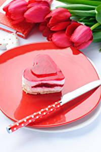 Papel de Parede Desktop Dia dos Namorados Doçarias Pequeno bolo Faca Sobremesa de gelatina Tulipas Coração comida