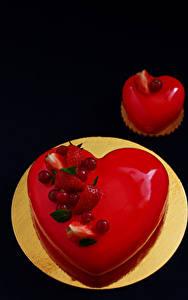 Fotos Valentinstag Süßigkeiten Torte Törtchen Beere Schwarzer Hintergrund Teller Lebensmittel