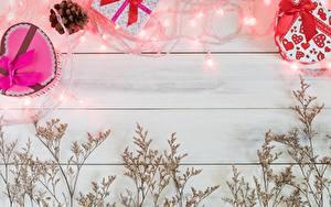 Bilder Valentinstag Vorlage Grußkarte Bretter Lichterkette Geschenke