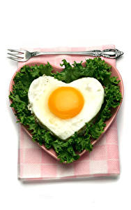 Fotos Valentinstag Gemüse Weißer hintergrund Teller Spiegelei Herz Gabel
