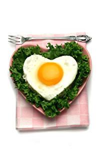 Fotos Valentinstag Gemüse Weißer hintergrund Teller Spiegelei Herz Essgabel Lebensmittel