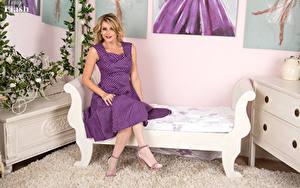 Hintergrundbilder Vanessa Scott Kleid Sofa High Heels Sitzend