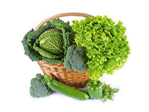 Bilder Gemüse Kohl Peperone Weißer hintergrund Weidenkorb Lebensmittel