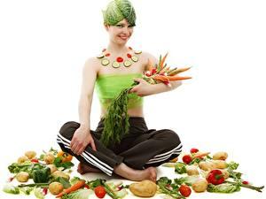 Hintergrundbilder Gemüse Mohrrübe Kartoffel Lotussitz Kreative Weißer hintergrund Lächeln Sitzend Mädchens Lebensmittel