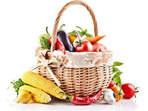 Bilder Gemüse Kukuruz Chili Pfeffer Zwiebel Knoblauch Tomate Weißer hintergrund Weidenkorb Lebensmittel