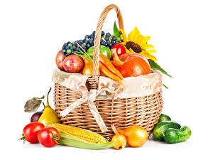Fotos Gemüse Mais Zwiebel Tomate Gurke Weißer hintergrund Weidenkorb