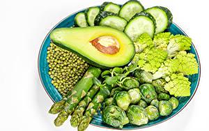 Hintergrundbilder Gemüse Gurke Avocado Grüne Erbsen Weißer hintergrund Teller Spargel