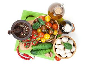 Bilder Gemüse Gurke Pilze Tomaten Gewürze Knoblauch Weißer hintergrund