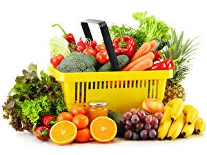 Hintergrundbilder Gemüse Obst Bananen Weintraube Mandarine Peperone Weißer hintergrund Weidenkorb Weckglas