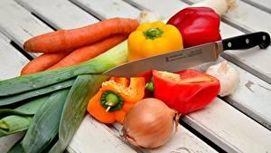 Fotos Gemüse Messer Mohrrübe Peperone Zwiebel Knoblauch Bretter Lebensmittel